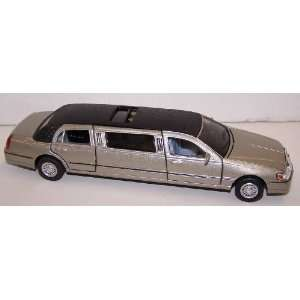 Lincoln Town Car Stretch Limousine in Color Platinum Toys & Games